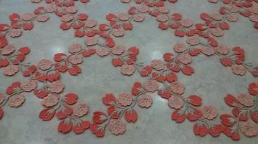 Δαντέλα τούλινη με κοραλί λουλούδια